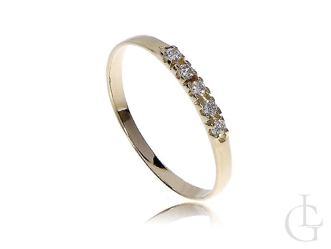 Delikatny złoty pierścionek na zaręczyny cyrkonie