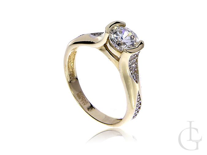 Elegancki złoty pierścionek zaręczyny