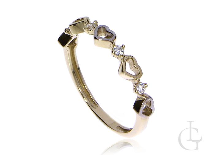 Delikatny pierścionek obrączka ze złota pr.0,585 z serduszkami i cyrkoniami