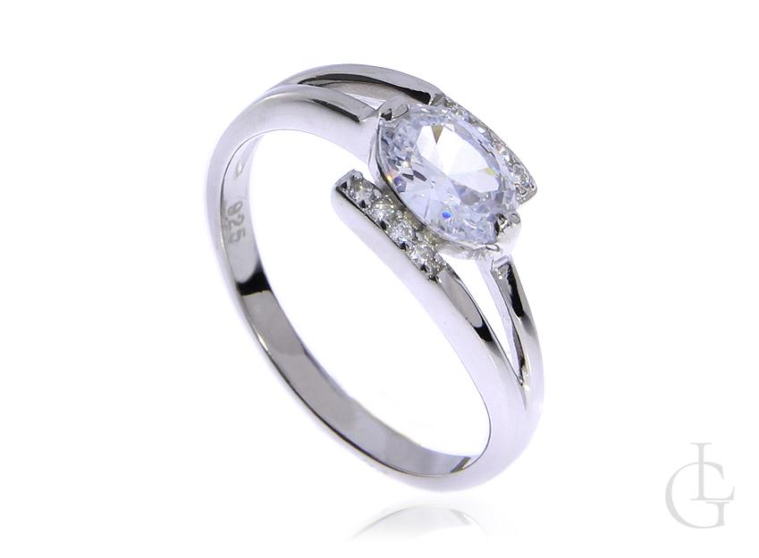 Delikatny pierścionek ze srebra rodowanego pr.0,925 z cyrkoniami
