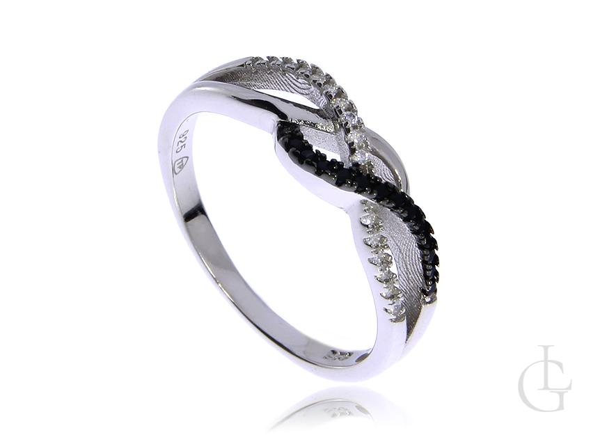 Pleciony pierścionek obrączka ze srebra rodowanego pr.0,925 z białymi i czarnymi cyrkoniami