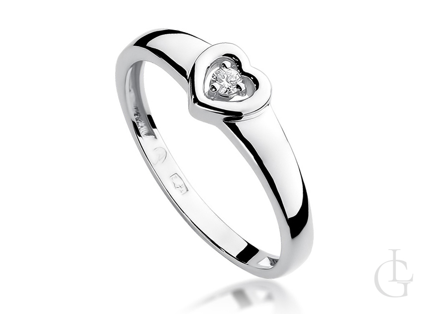 Pierścionek zaręczynowy z serduszkiem z białego złota