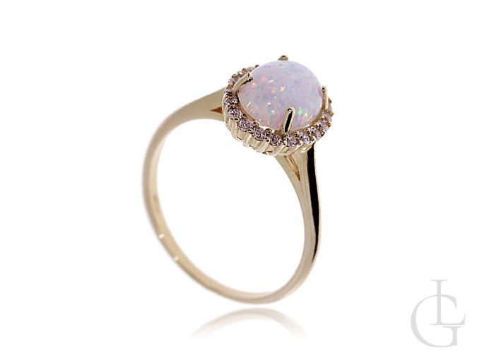 Złoty pierścionek zaręczynowy z opalem i cyrkoniami