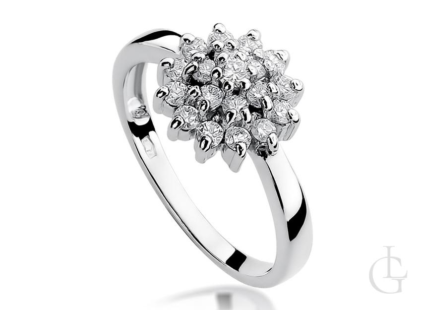 Pierścionek zaręczynowy z białego złota i brylantami