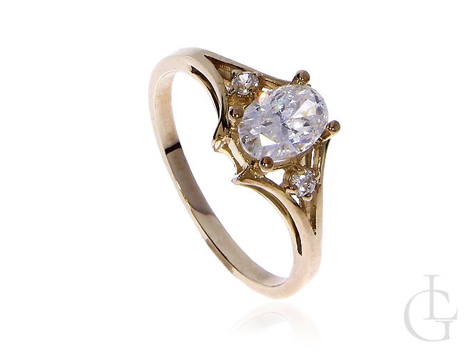 Pierścionek zaręczynowy ze złota pr.0,333 z cyrkoniami
