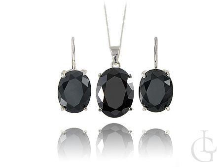 Komplet srebrnej biżuterii ozdobionej pięknymi dużymi czarnymi kamieniami