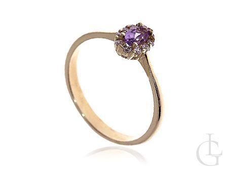Złoty pierścionek zaręczynowy z diamentowanym kamieniem
