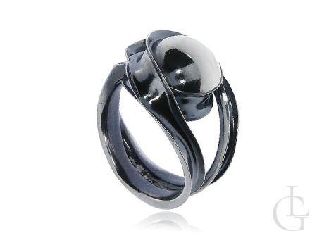 Srebrny pierścionek oksydowany z dużą koroną