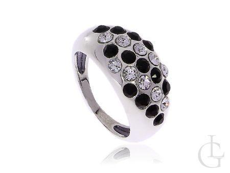 Srebrny pierścionek wysadzany cyrkoniami