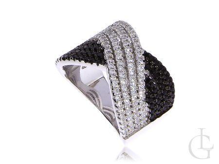 Srebrny pierścionek wysadzany białymi i czarnymi cyrkoniami