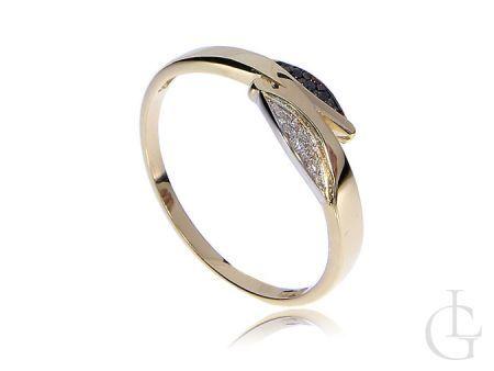 Złoty pierścionek z czarnymi i białymi brylantami