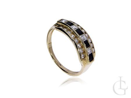 Złoty pierścionek z klasycznymi i czarnymi cyrkoniami
