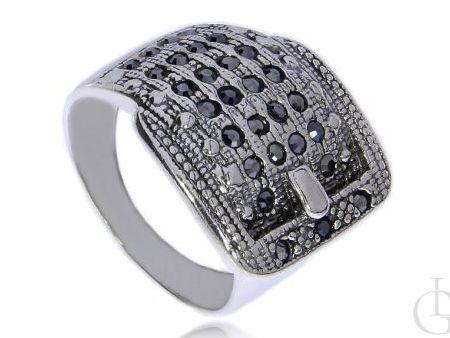 Ciekawy pierścionek pasek do spodni srebro rodowane pr.0,925 z czarnymi cyrkoniami