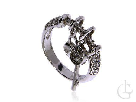 Pierścionek ze srebra rodowanego z cyrkoniami i przywieszkami serduszko kluczyk