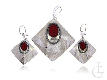 Komplet bżuterii ze srebra pr.0,925 z koralowcem wiszące kolczyki i przywieszka